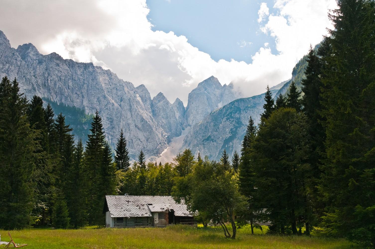 verlassene Hütte in den Alpen